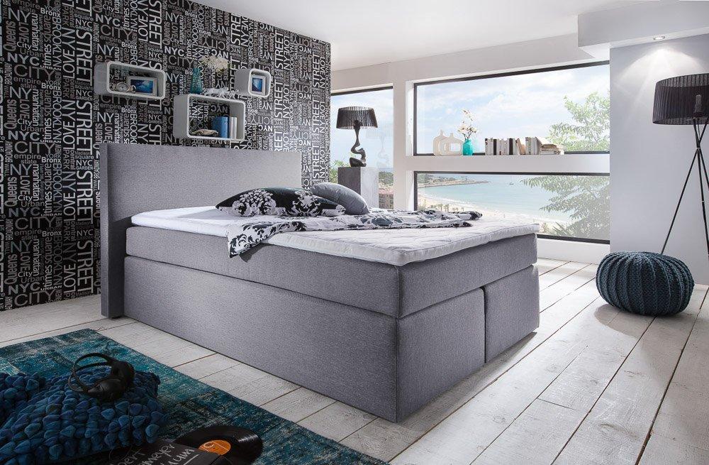 Boxspringbett hellgrau im modernen Schlafzimmer